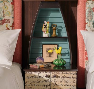 twin beds and shared bedside table in Graduate Twin room